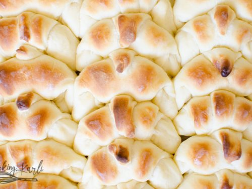 A large pan full of easy to make yeast dinner rolls.
