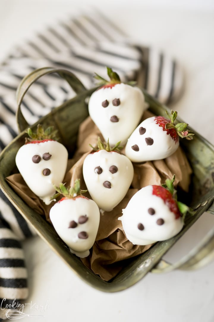 chocolate covered strawberries that look like ghosts